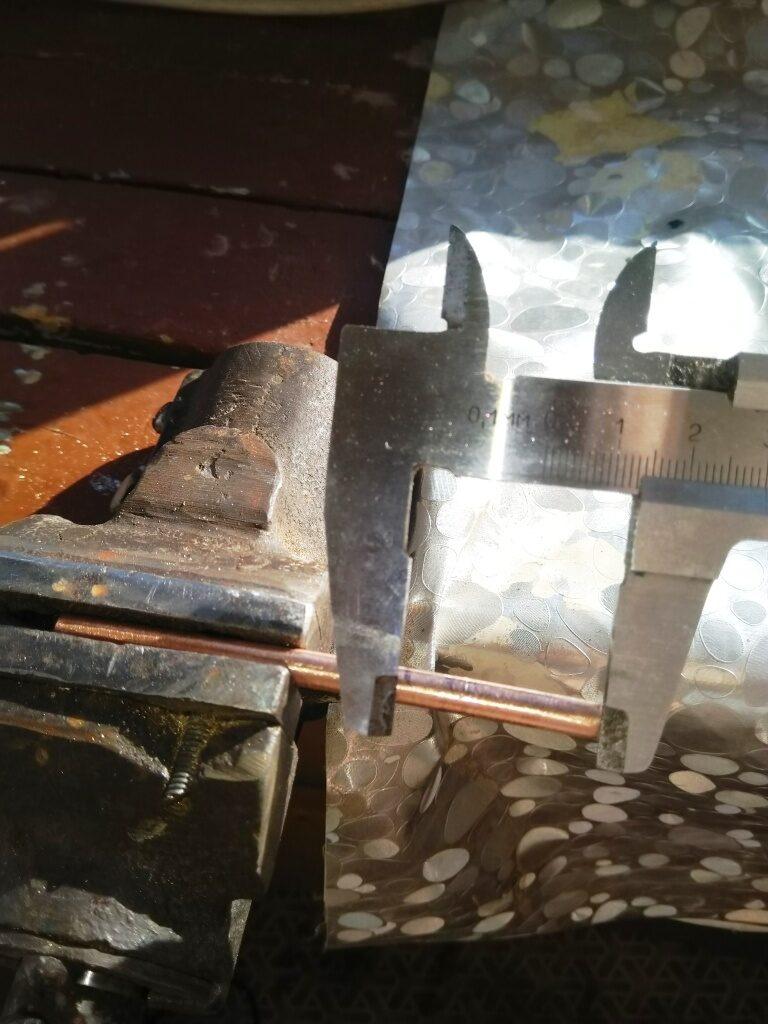 Измерение штангенциркулем длины отрезки трубки