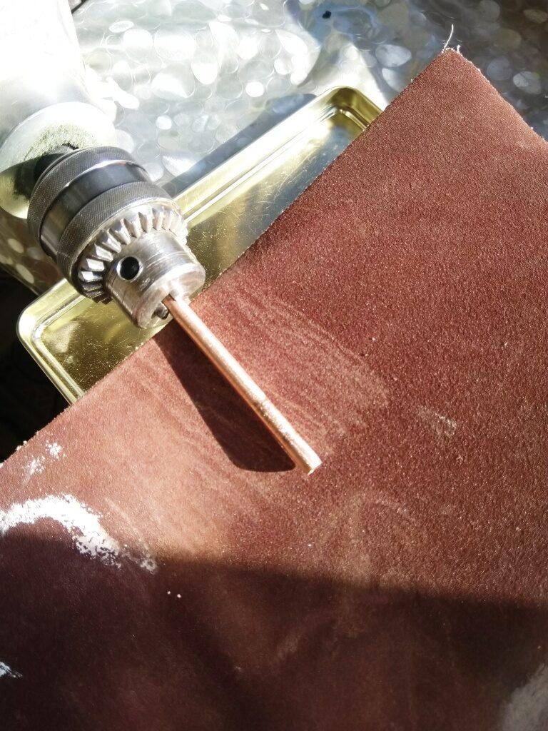 Шлифование медной трубки шлифовальной шкуркой