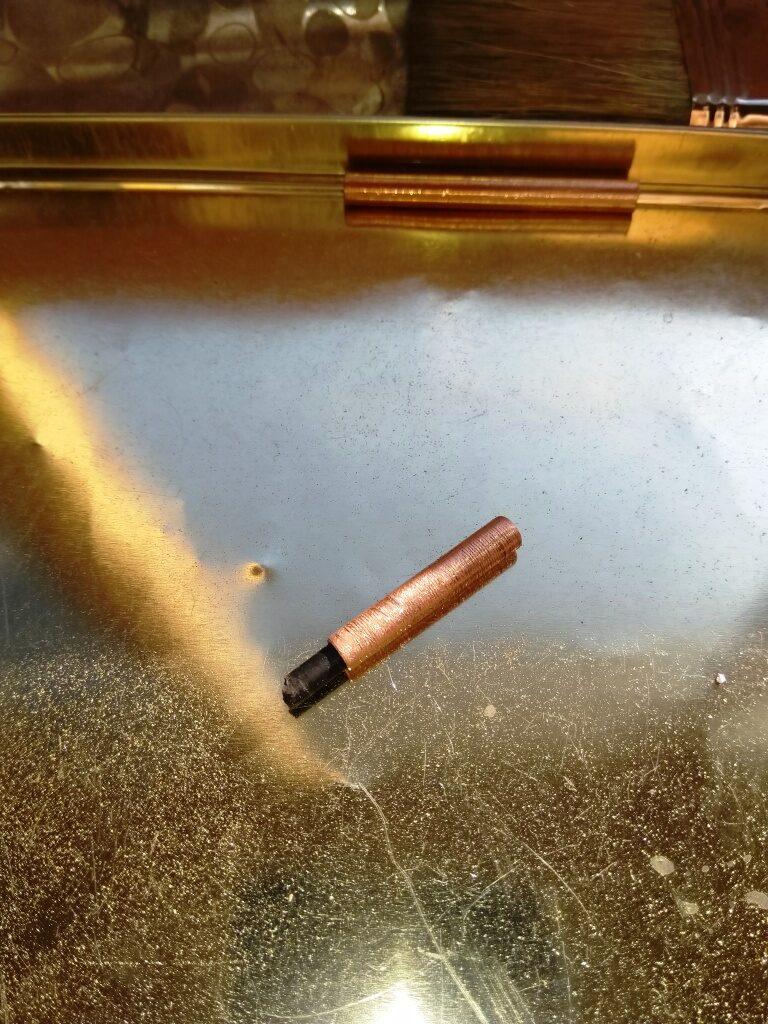 Трубка надетая на отломанную рукоятку зеркала