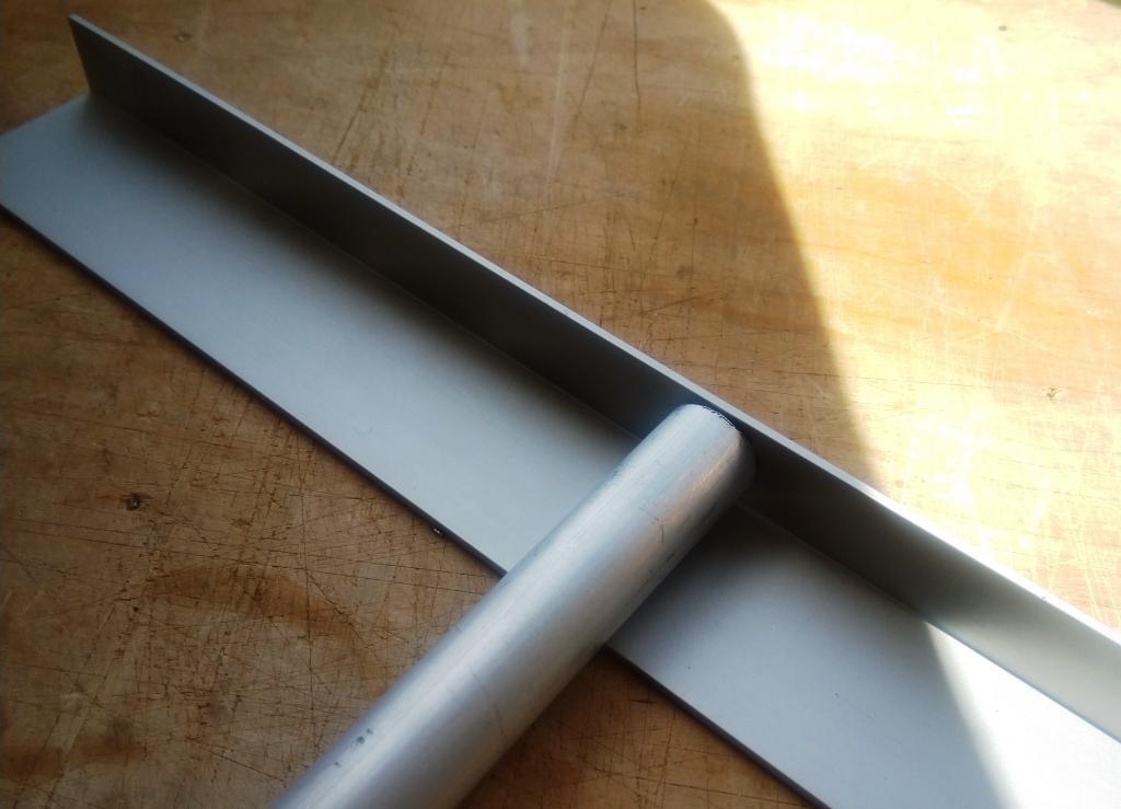 трубка стыкуется с алюминиевым уголком 40x20